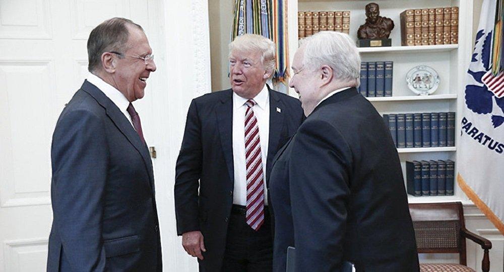 Sergueï Lavrov, Donald Trump et l'Ambassadeur Sergey Kislyak lors d'une réunion à Washington.