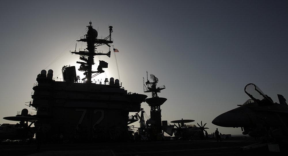 Manœuvres extrêmes de l'USS Abraham Lincoln dans l'Atlantique (vidéo)