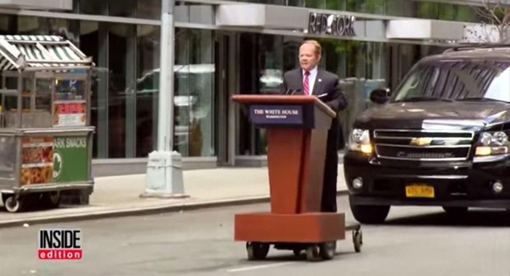 Une comédienne déguisée en porte-parole de Trump roule «en tribune» à New York