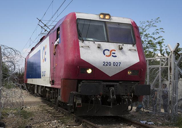 Un train de voyageurs en Grèce