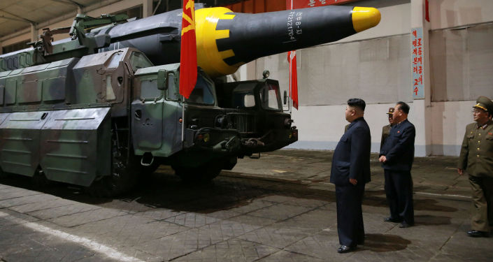Le dirigeant de la Corée du Nord Kim Jong-un avant le lancement du missile balistique de moyenne portée Hwasong-12.