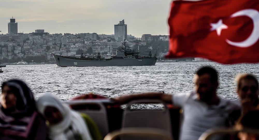 Un drapeau turc flotte sur un ferry