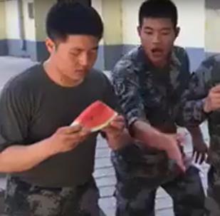 Manger une pastèque en une seconde!