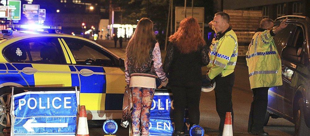 La police à la sortie de la Manchester Arena après une explosion