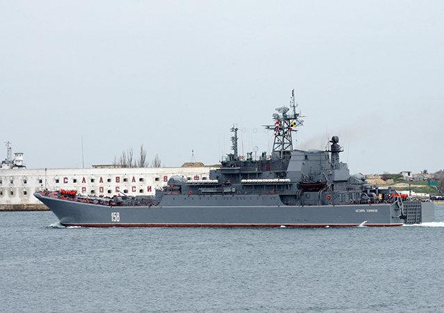 Un navire de débarquement russe entre en Méditerranée
