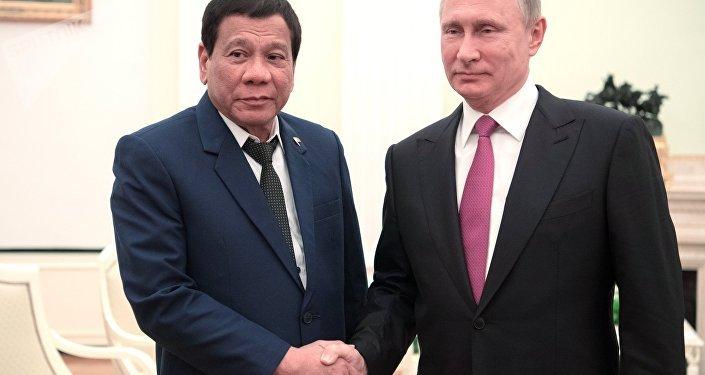 Rodrigo Duterte (à gauche) et Vladimir Poutine