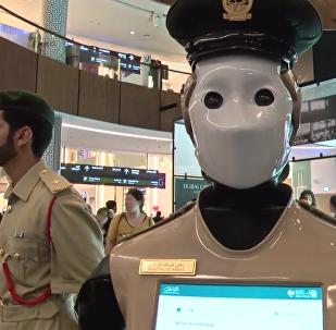 Le premier robot-policier embauché à Dubaï