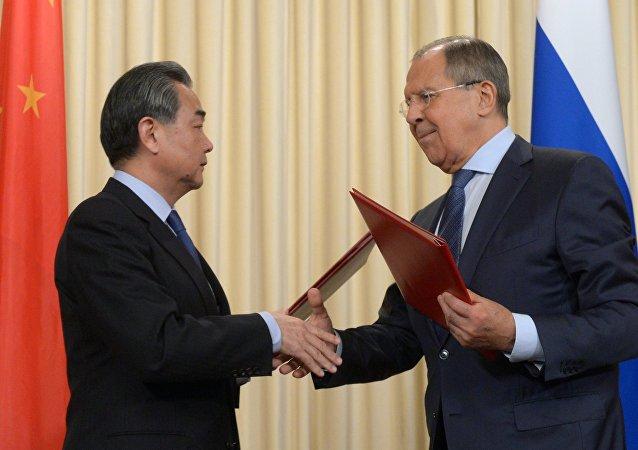Le ministre russe des Affaires étrangères Sergueï Lavrov et son homologue chinois Wang Yi