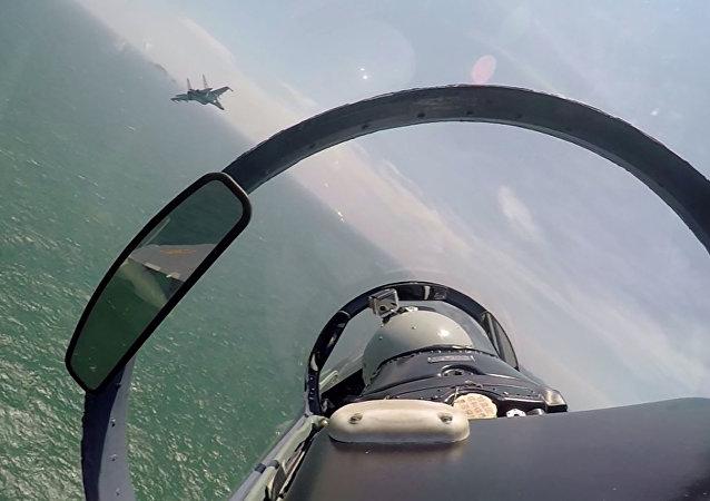 Une paire de chasseurs chinois au cours d'une patrouille au-dessus de la mer de Chine méridionale