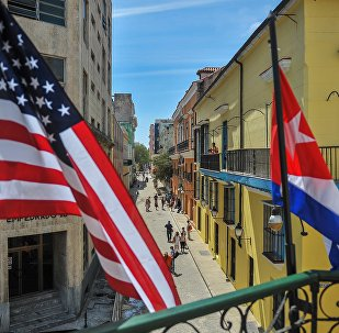 Les drapeaux cubains et américains sont vus en dehors du restaurant privé La Moneda Cubana à La Havane le 17 mars 2016