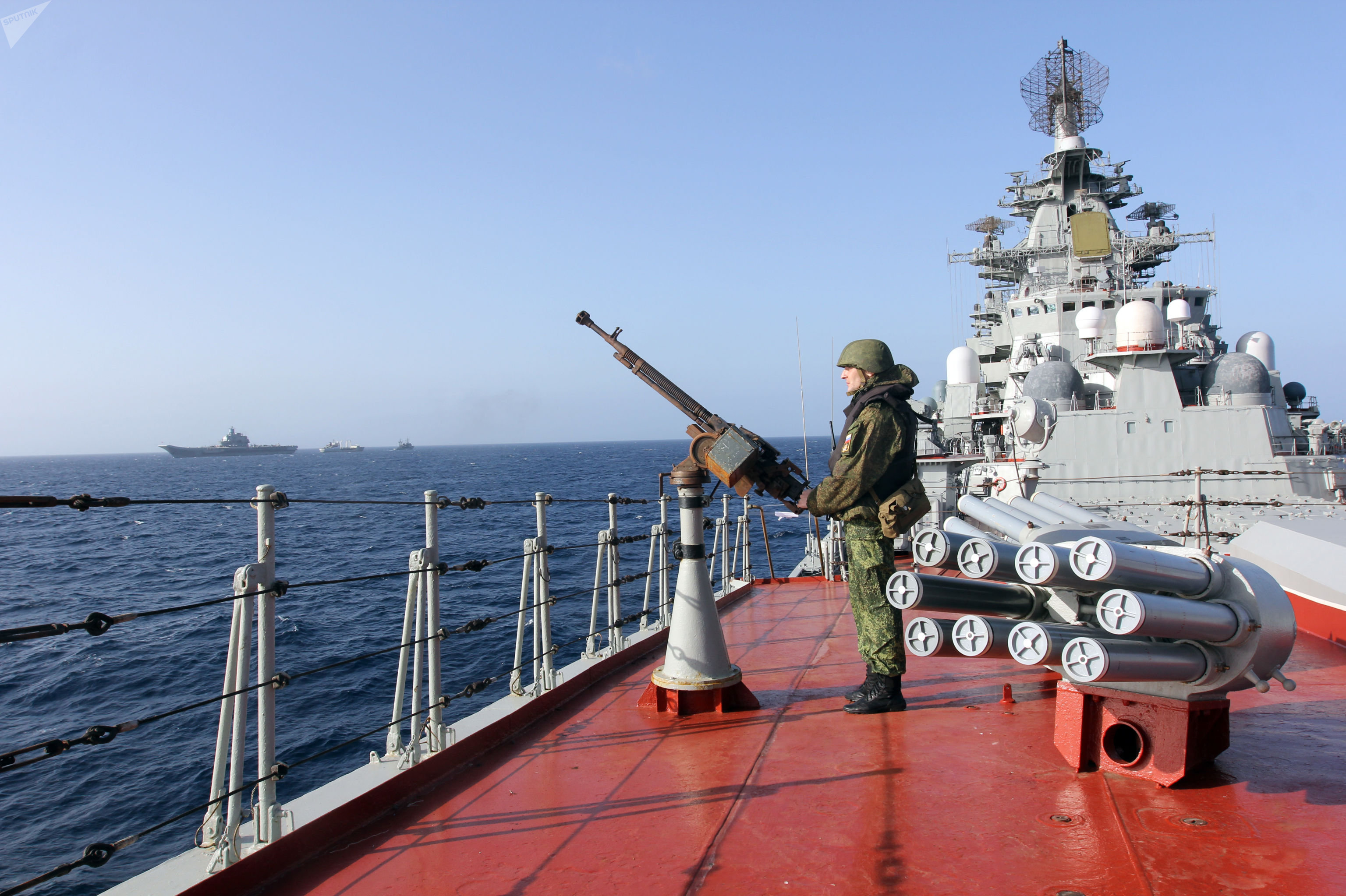 Un militaire sur le pont du croiseur nucléairelance-missiles Pierre le Grand dans l'océan Atlantique