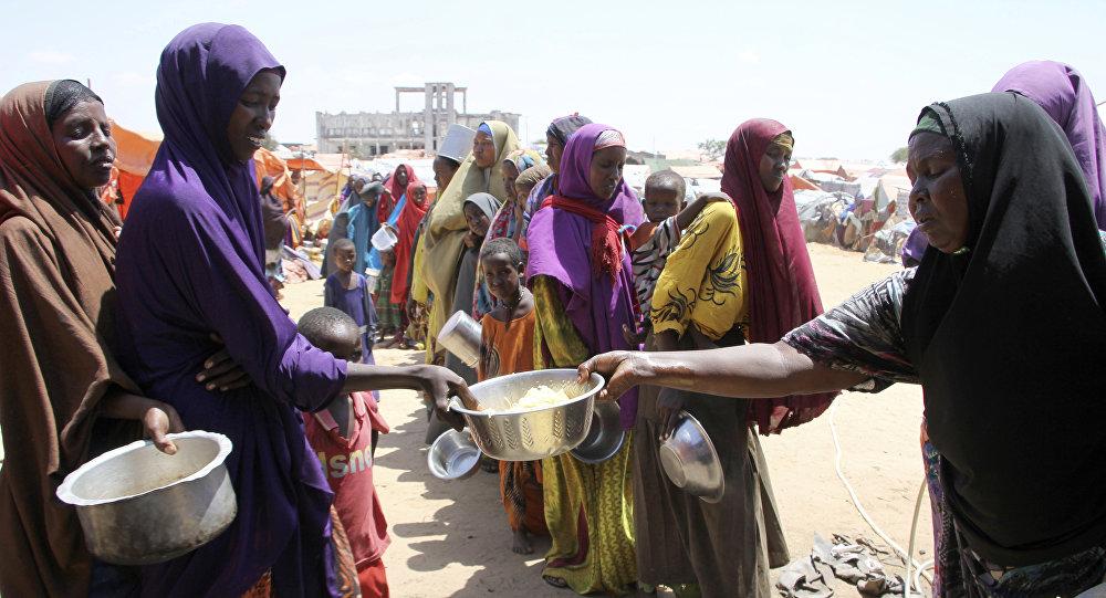 Des femmes reçoivent de la nourriture à Mogadiscio, en Somalie