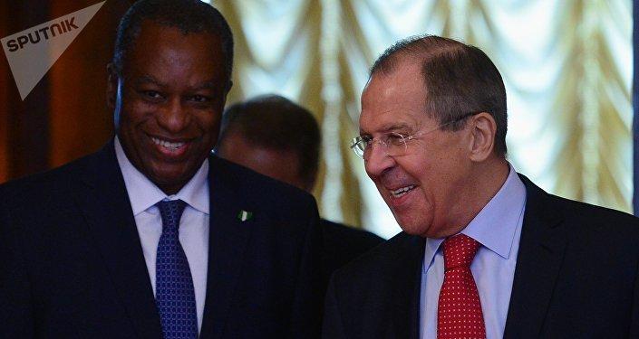 Geoffrey Onyeamae et Sergueï Lavrov