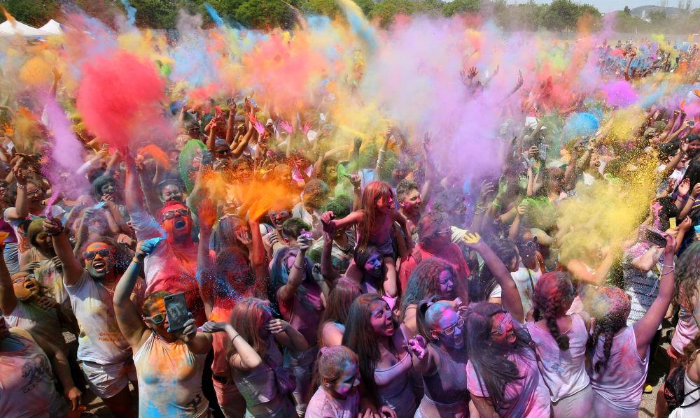 Le Festival des couleurs Holi à Santa Coloma de Gramanet près de Barcelone