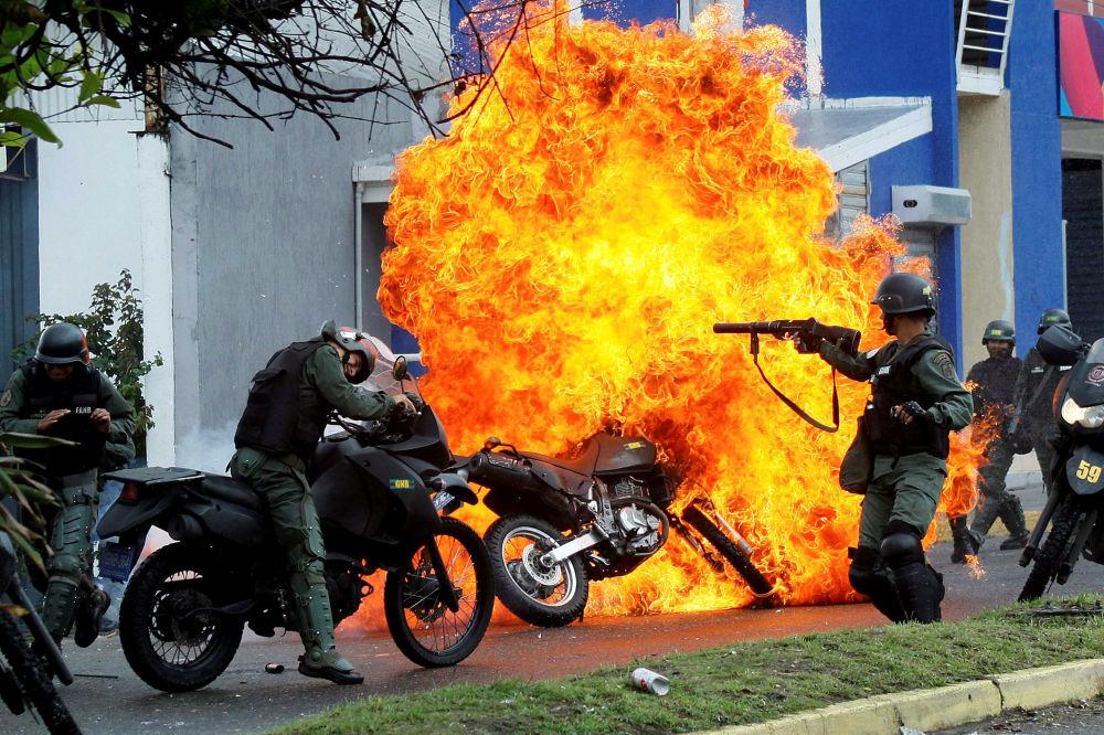 Un affrontement entre la police et des manifestants à San Cristobal, au Venezuela