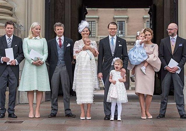 Le prince de Suède apprendra à ses enfants à prendre le métro et faire la queue