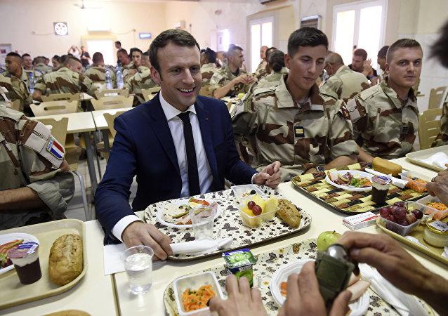 Le Président Emmanuel Macron lors de sa visite au soldats français déployés dans le cadre de l'opération Barkhane au Mali