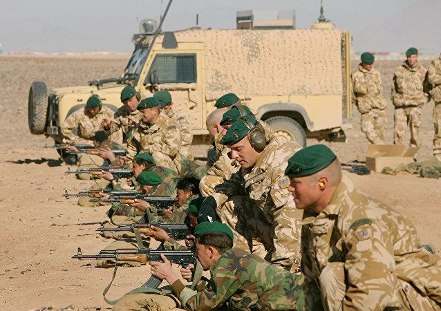 Des militaires britanniques entrainent les troupes afghanes dans le sud d'Afghanistan