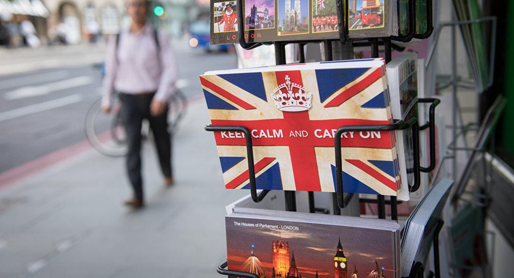 Les cartes postales portant le slogan britannique «Keep Calm and Carry On» de la Seconde Guerre mondiale se trouvent à l'extérieur des kiosques à journaux à Londres le 24 juin 2016.