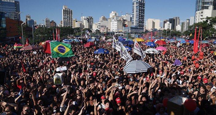 «À bas Temer!», des dizaines de milliers de manifestants défilent à Sao Paolo