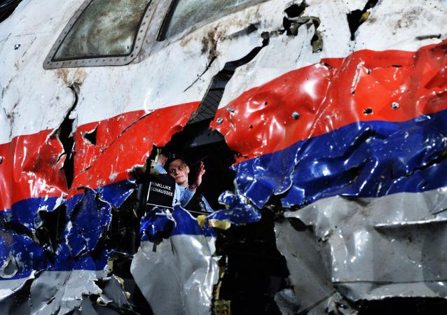 Un fragment du Boeing 777 de Malaysia Airlines tombé dans l'est de l'Ukraine