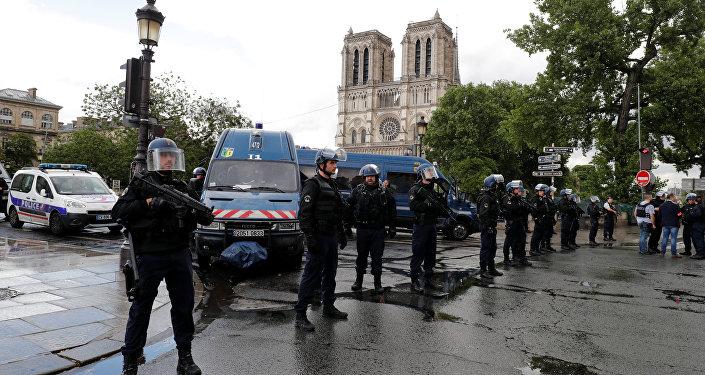 La police au centre de Paris après l'attaque près de Notre-Dame