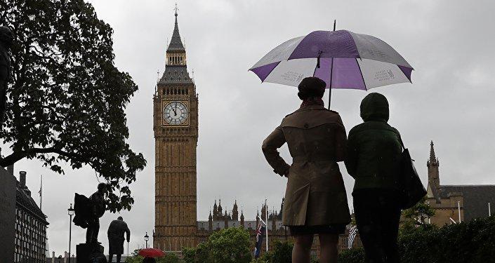 Près du bâtiment du parlement à Londres