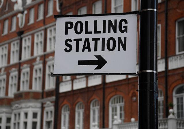 Un enseigne Polling station (bureau de vote) à Londres, en Grande-Bretagne, le 6 juin 2017.