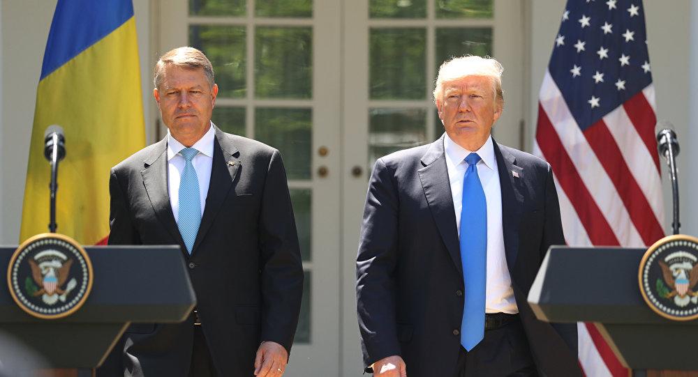 Le président Donald Trump, accompagné par le président roumain Klaus Werner Iohannis, à la tribune pour entamer une conférence de presse au Rose Garden à la Maison Blanche, le vendredi 9 juin 2017 à Washington.