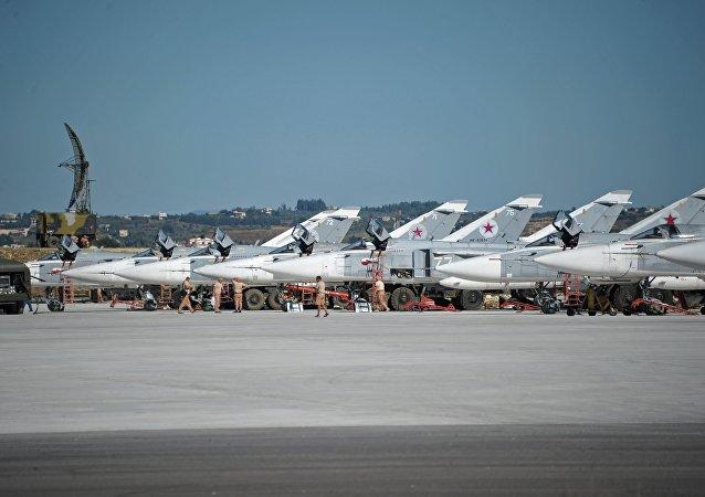 Les bombardiers tactiques Su-24 des Forces aérospatiales russes sur la base aérienne de Hmeimil en Syrie