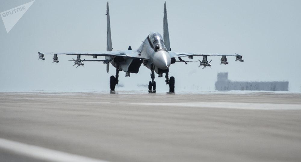 Un chasseur russe Sukhoi Su-30 SM s'apprête à décoller de la base aérienne de Hmeimim, en Syrie. Image d'illustration