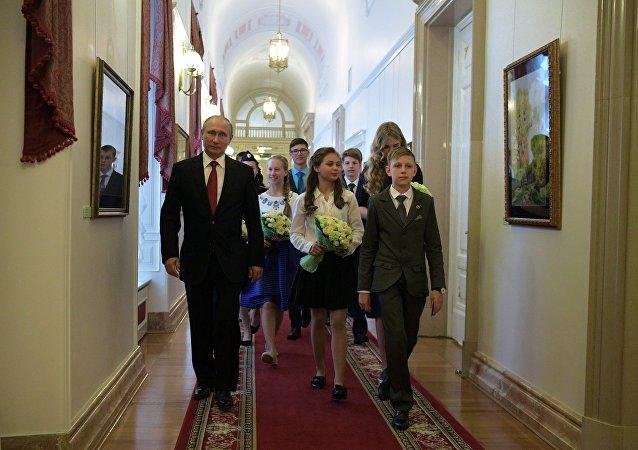 Poutine remet des passeports à des jeunes talents et leur fait visiter le Kremlin