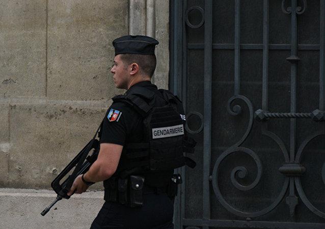 Paris: ils percent le mur d'un diamantaire et volent 2 M EUR de bijoux