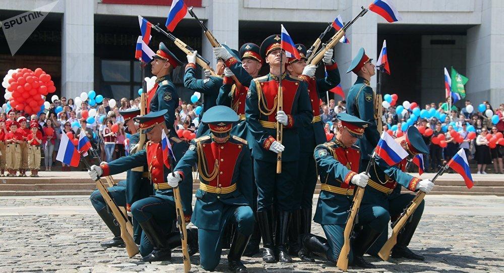 Défilés, courses des «filles de neige» et drapeau vivant, voilà la fête nationale russe!