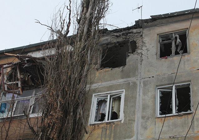 Un immeuble au Donbass après un bombardement ukrainien
