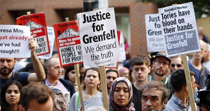 À qui la faute? Des Londoniens en colère après l'incendie à l'assaut de la mairie