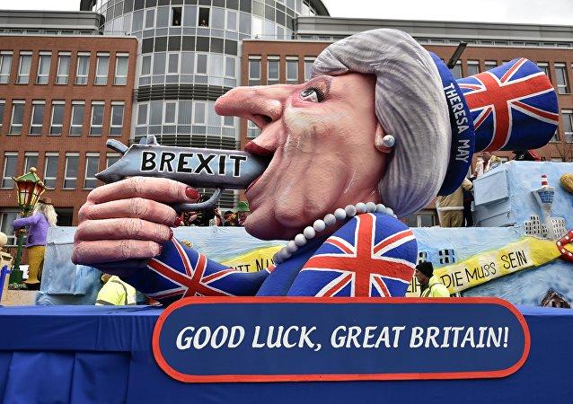 Un flotteur de carnaval représente le Première ministre britannique Theresa May avec un pistolet et l'écriture 'Brexit' lors du défilé de carnaval traditionnel à Düsseldorf, en Allemagne, le lundi 27 février 2017.