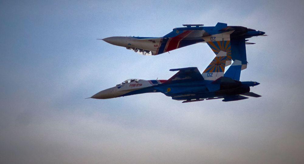 Des pilotes de l'équipe Preux russes effectue un vol acrobatique à bord des Su-27 à Saint-Pétersbourg