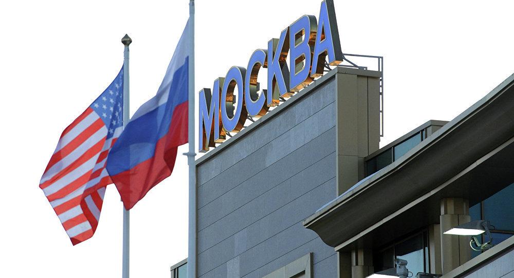 Des drapeaux russe et américain