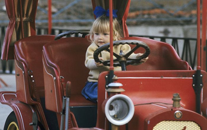 Une petite fille sur un manège