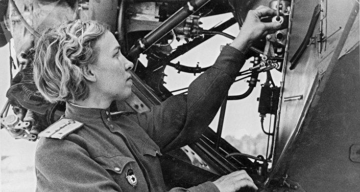 Klavdia Iliouchina, ingénieure du 46e régiment d'aviation féminin.