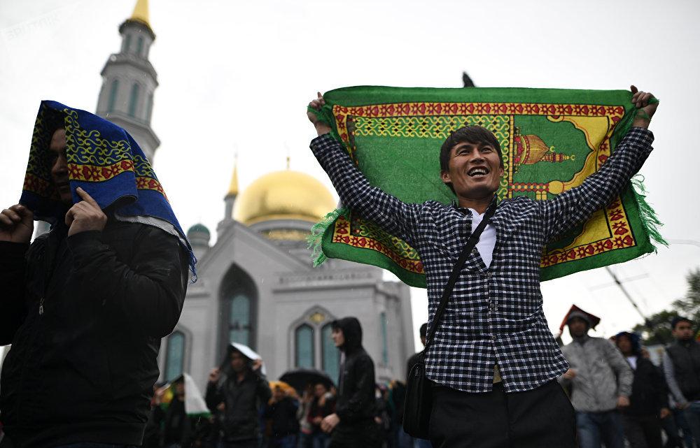 Les fidèles dans la mosquée-cathédrale de Moscou le jour de la fête de l'Aïd el-Fitr.