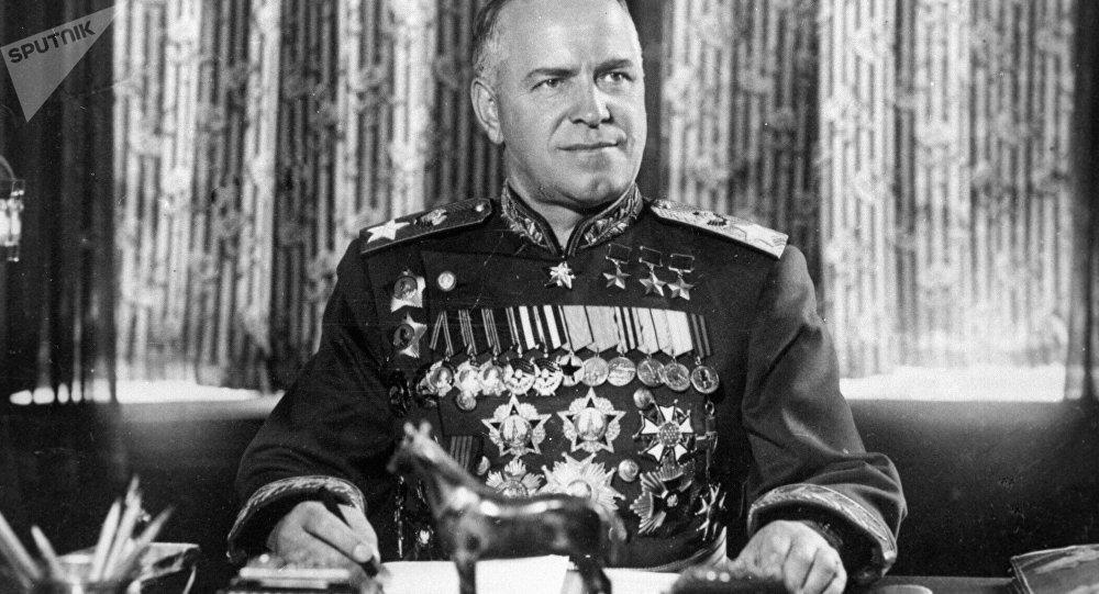 Des inconnus démantèlent une plaque commémorative du maréchal Joukov en Ukraine