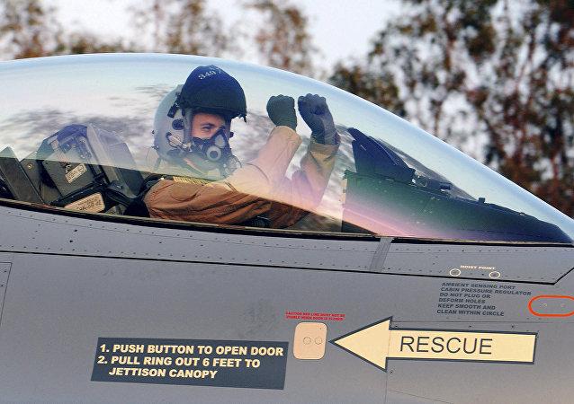 Un pilote dans le cockpit du chasseur F-16