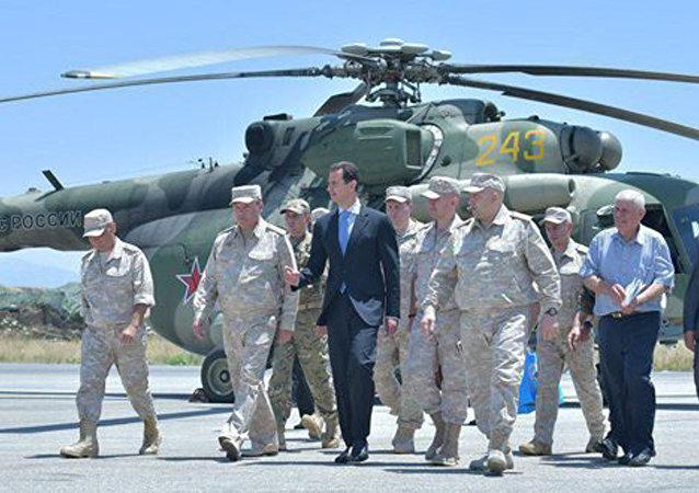 Le Président Assad visite la base russe à Hmeimim