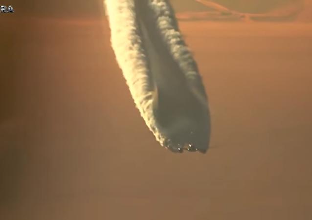 L'énorme traînée d'un Boeing 787 Dreamliner dans le ciel russe