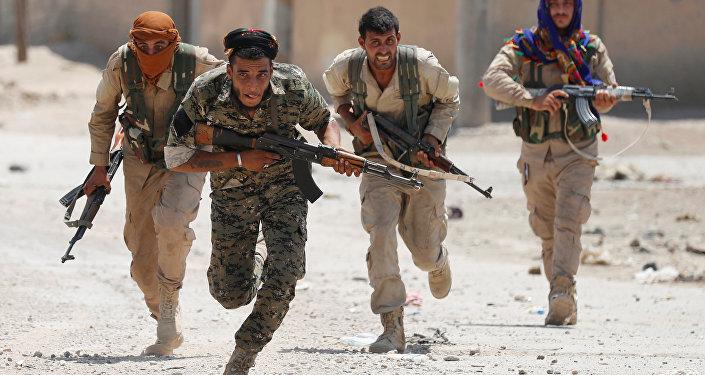 Les combattants arabes et kurdes entrent dans la vieille ville de Raqqa
