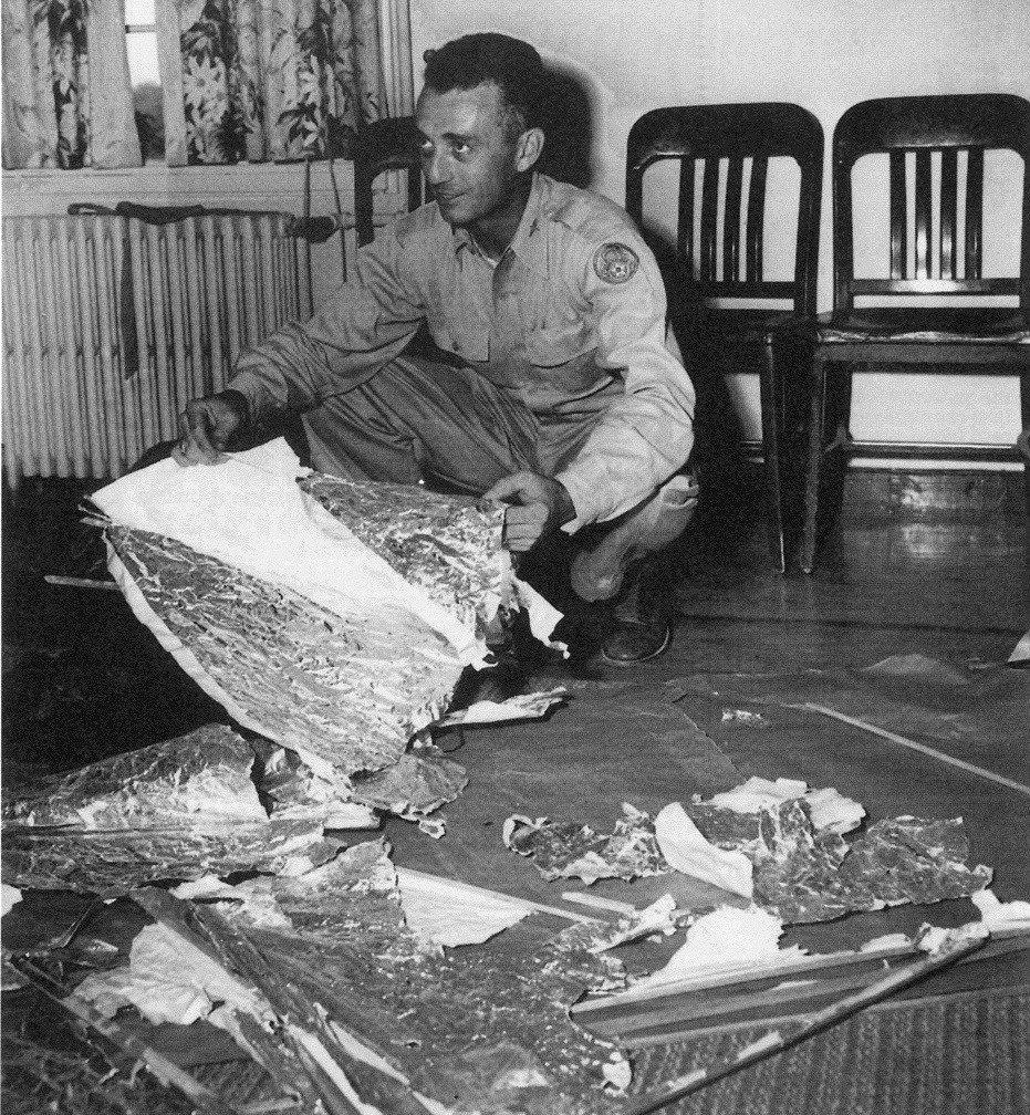 Le major Jesse Marcel de la base de l'armée de l'air de Roswell avec les débris ramassés, 1947