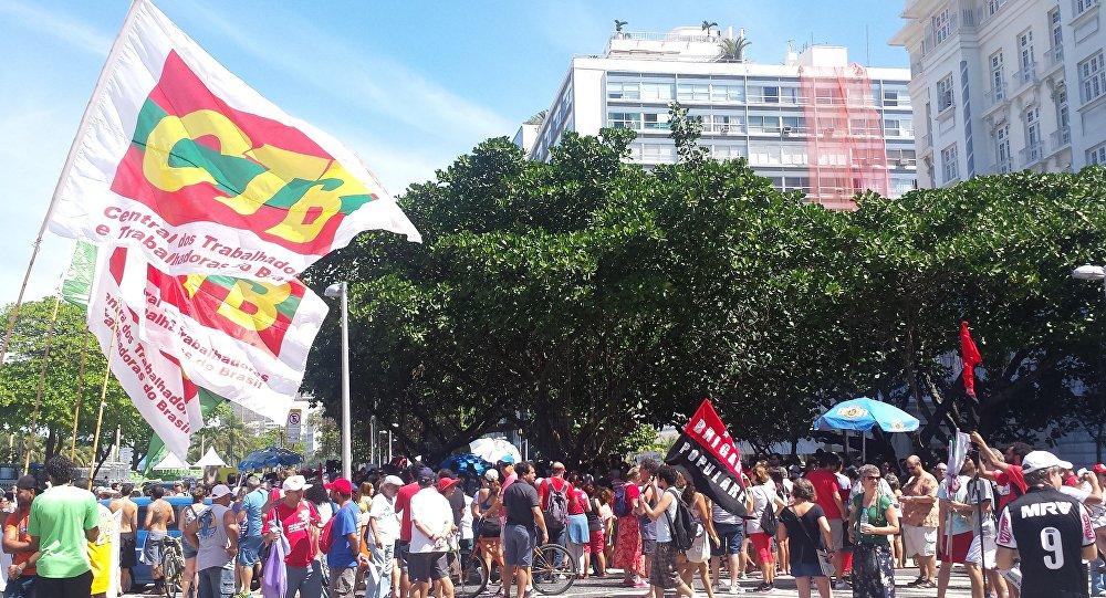 Des manifestants avant une marche contre Michel Temer