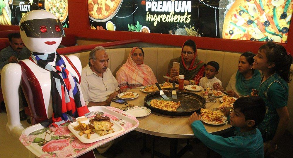 Au Pakistan, il crée ses propre robots-serveuses, les clients de sa pizzeria ravis